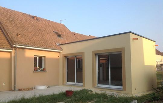 Extension d'un pavillon avec une toiture plate (61000)
